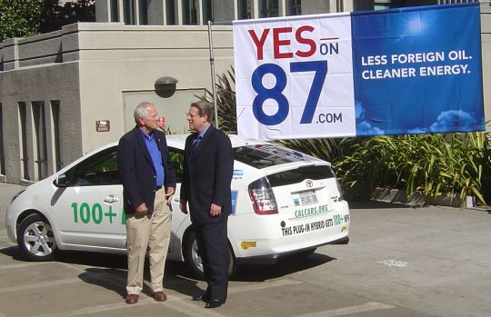 Tom Bates and Al Gore next to Felix's PRIUS+