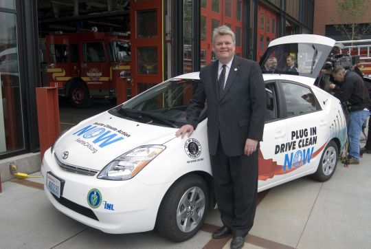 Seattle's Mayor Greg Nickels in front of a city PHEV Prius, May 2008
