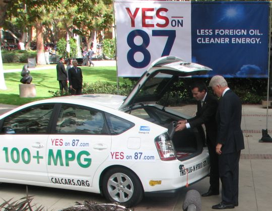 Los Angeles City Council President Eric Garcetti shows Bill Clinton Felix's PRIUS+